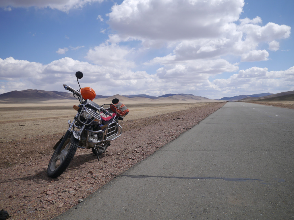 Riding across the Mongolian steppes from Tsetserleg to Tariat